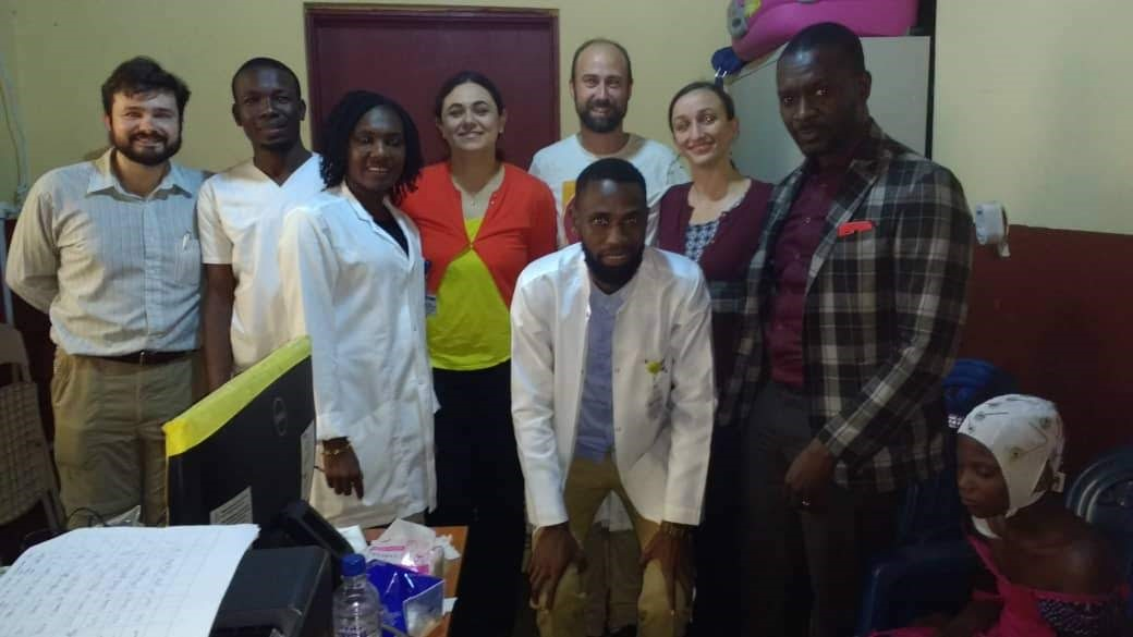 The team behind the test of BrainCapture in Guinea. Tue Lehn-Schiøler is number three from the right, at the back.